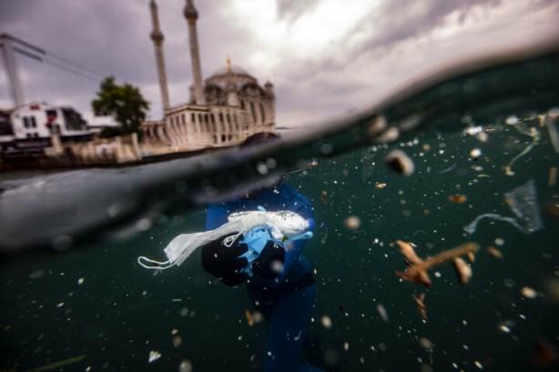 Foto - Şahika Ercümen, her yıl 8 milyon ton atığın denizlere karıştığını, bunların belli bir süre sonra küçük parçalara ayrılıp mikro plastiklere dönüştüğünü, bir daha okyanustan, denizden temizlenemediğini anlatarak şunları kaydetti:
