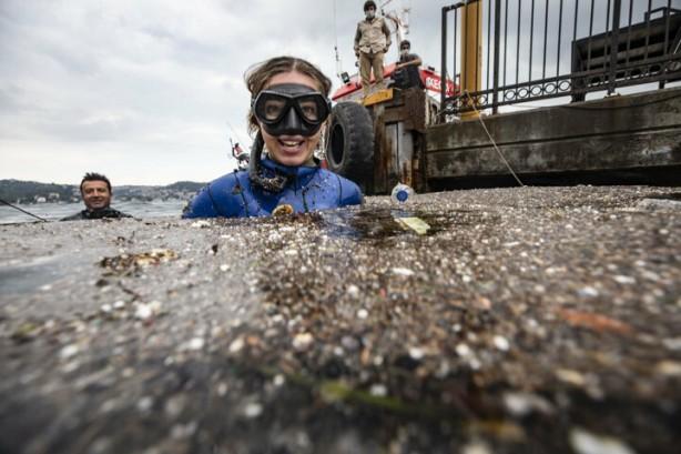 Foto - Dalış öncesi soruları yanıtlayan Ercümen, dalış sporunda Milli Takım'da Türkiye'yi temsil ederken en çok önemsediği şeylerden birinin, denizlerin ve nesli tehlike altında olan canlıların korunması olduğunu, bu kapsamda birçok projenin içinde aktif olanak yer aldığını anlattı.
