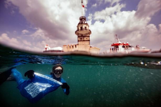 Foto - Ercümen, daha sonra Kıyı Emniyeti Genel Müdürlüğü sualtı ekibinin denetiminde İstanbul Boğazı'nda gözlem dalışı gerçekleştirdi. Ercümen, dalışın bir bölümünde gaz maskesi ile objektife poz vererek, suyun altından hava kirliliğine de dikkati çekti. İlk dalışını Kız Kulesi çevresinde, ikinci dalışını Ahırkapı Feneri açıklarında, üçüncü dalışını ise Ortaköy Camisi önünde gerçekleştiren Ercümen, bu dalışlar sırasında çok sayıda atık madde topladı.