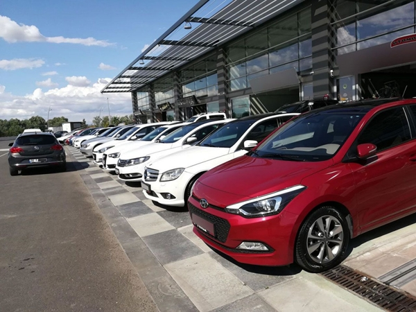 Foto - Pandemi nedeniyle otomobil firmaları araç üretimini durdurmuştu. İkinci el otomobile olan talebin artmasıyla birlikte fiyatlarda büyük bir artış yaşandı.