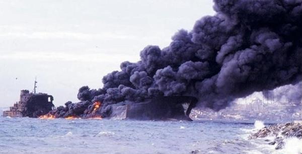 Foto - YANGIN BİR AY SÜRDÜ: 5 KASIM 1979 İstanbul'da Haydarpaşa önlerinde bir Yunan şilebiyle çarpışan İndependenta adlı dev Rumen tankeri infilak edip yanmaya başladı. Felakette 43 denizci hayatını kaybederken, yangın yaklaşık bir ay sürdü. İstanbul Boğazı'nda trafik akışı aksadı ve 96 bin ton ham petrol denize aktı. Yangının sebep olduğu duman nedeniyle insan sağlığını tehdit eder düzeyde hava kirliliği meydana geldi.