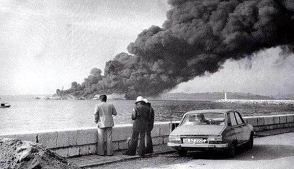 Foto - Boğaz'ın dibinde yaşayan canlıların ölüm oranının %96 olduğu öngörülürken, ağır petrol kirliliği nedeniyle de deniz yüzeyinde siyah bir tabaka meydana geldi.