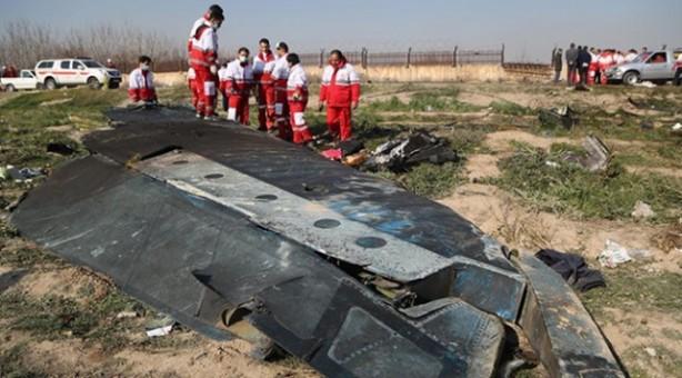 Foto - İran bir füze ile Ukrayna Havayolları'na ait bir yolcu uçağını yanlışlıkla vurdu. Yaşanan kriz uluslararası bir boyuta taşındı. 176 yolcu taşıyan PS-752 sefer sayılı Boeing 737 uçağa iki füze isabet ettiği belirtilirken, kazada kurtulan olmadı. İranlı yetkililer ilk açıklamalarında uçağın mekanik bir arıza sonucu düştüğünü açıklamıştı.