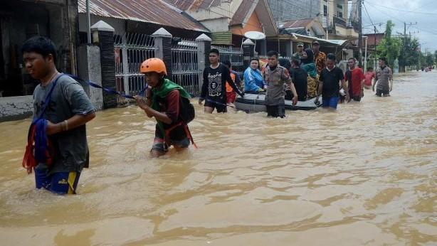 Foto - Endonezya'da şiddetli Mason yağmurlarının yol açtığı sel ve toprak kaymalarında en az 53 kişi hayatını kaybetti. Yılbaşı gecesinde başlayan ve yaklaşık 4-5 gün süren yağmurlar sebebiyle yaklaşık 200 bin kişi evlerini terk etmek zorunda kaldı. Ulusal Afet Ajansı Yönetimi (BNPB) 30 milyon insanın sel sularından etkilendiğini duyurdu. Bu doğal afet, son 13 yılın en büyük sel felaketi olarak kayıtlara geçti.