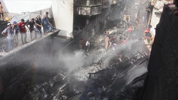Foto - Pakistan Uluslararası Havayolları'na (PIA) ait, Lahor-Karaçi seferini yapan Airbus A320 tipi yolcu uçağı, 22 Mayıs günü Karaçi kentinde bir yerleşim alanına düştü ve uçakta bulunan 97 kişi hayatını kaybetti. Kazada pilot hatası olduğu belirtildi. PIA Sözcüsü Abdullah Hafız pilot hatası iddiasının ağırlık kazandığı kazanın ardından başlatılan soruşturma kapsamında, pilotlarla ilgili de bir çalışma yürütüldüğünü açıkladı. Bu soruşturma kapsamında şüpheli yollardan lisans edindiği iddia edilen yüzlerce pilota uçuş yasağı getirildi.