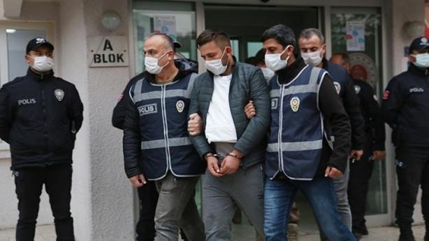 Foto - 2 KİŞİ DE TUTUKLANDI - Emniyetteki işlemleri tamamlandıktan sonra adliyeye sevk edilen şüpheliler, nitelikli kasten öldürme, nitelikli yağma, nitelikli kişi hürriyetinden yoksun kılma ve nitelikli konut dokunulmazlığını ihlal suçlarından çıkarıldıkları Sulh Ceza Hakimliğince tutuklanarak cezaevine gönderildi.