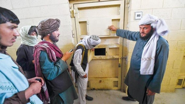 """Foto - O GÜNLERİ ANLATTILAR... Hürriyet muhabiri Fevzi Kızılkoyun'un cezaevinde konuştuğu Taliban güçleri arasında burada tutuklu kalanlar da var. """"Çok işkence gördük"""" diye anlatıyorlar o günleri..."""