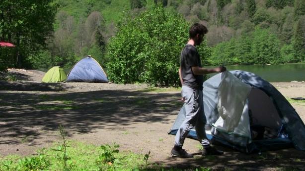 Karadeniz'in tabiat harikası 'Borçka Karagöl' kamp tutkunlarının uğrak yeri oldu