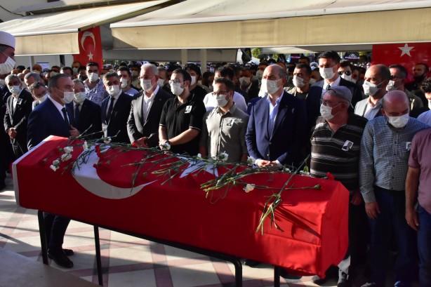 Foto - Duaların edilmesinin ardından İçişleri Bakanı Soylu da Bulut'un tabutunu omuzladı, bu sırada vatandaşlar tabutun üzerine karanfiller attı.