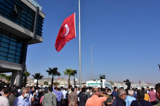 Foto - Belediye binasındaki Türk bayrağı ile Kilis Belediyesi bayrağı yarıya indirildi.