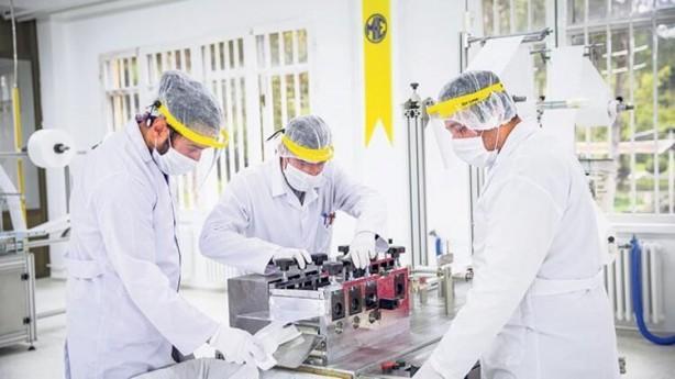 Foto - Milli Savunma Bakanlığı, yeni tip koronavirüsle mücadele kapsamında gerçekleştirdiği yoğun mesai sonucu haftada 10 milyon maske üretimine ulaştı. Koronavirüsle mücadele kapsamında koruyucu sağlık malzemesi üretiminde önemli görev alan Makina ve Kimya Endüstrisi Kurumu'na (MKEK) bağlı MAKSAM Makina ve Maske Fabrikası'ndaki çalışmalar 7 gün 24 saat esasına göre aralıksız devam ediyor.