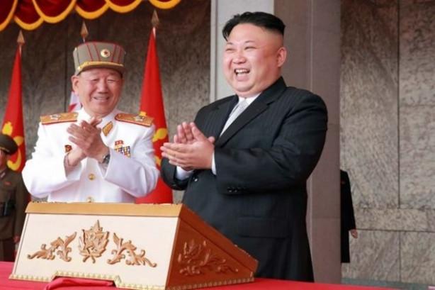 Kuzey Kore ordusu ABD ile askeri gerginliğin gölgesinde askeri geçit töreni düzenledi. Ancak törende görücüye çıkarılan füzeye ait görüntüler 'sahte füze mi sergilendi' sorusunu gündeme getirdi.