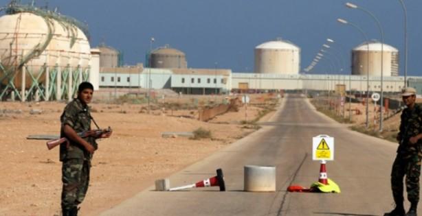 Foto - (Ağustos 2013) Libya'nın merkez kesiminde bulunan Petrol Hilali bölgesini elinde tutan Libya Petrol Tesisleri Muhafızları adlı milis grup bölgede dört büyük petrol terminalini ele geçirdi. Libya'nın doğusu için daha fazla özerk haklar talep eden yapının lideri İbrahim Cedran'ın uyguladığı 6 aylık blokaj, hükümete milyarlarca dolara mal oldu. 25 Ağustos'ta başbakan Zeydan, geçiş sürecini yürütmek için Ulusal Diyalog Hazırlık Komitesi'nin kuruluşunu ilan etti.