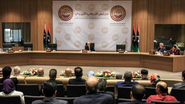 Foto - (Ağustos 2014) Daha çok Misratalı İslamcı grupların oluşturduğu Libya Şafağı adlı silahlı koalisyon, 5 hafta süren çatışmaların ardından Trablus'u ele geçirdi. Yapı, yeni meclisi, seküler politikacılardan oluştuğu gerekçesiyle tanımadı. Bu meclis Hafter kontrolündeki Tobruk'a kaçmak zorunda kaldı. 22 Ağustos'ta ABD, Mısır ve Birleşik Arap Emirlikleri'ne (BAE) ait savaş uçaklarının Trablus'ta hava saldırıları düzenlediği açıkladı. Saldırılar İslamcı grupları hedef alıyordu. GUK'nin İslamcı üyeleri yeni bir meclis oluşturdu, Ömer el Hassi lider olarak seçildi. Bu meclis, Ali Zeydan'ın yerine geçici olarak başbakanlığı yürüten ve bir süre önce Tobruk'a kaçan Abdullah el Sani'nin görevden alındığını açıkladı. Tobruk'ta Temsilciler Meclisi (TeM) teşkil edildi. Ülkede iki başlı bir görünüm başladı.