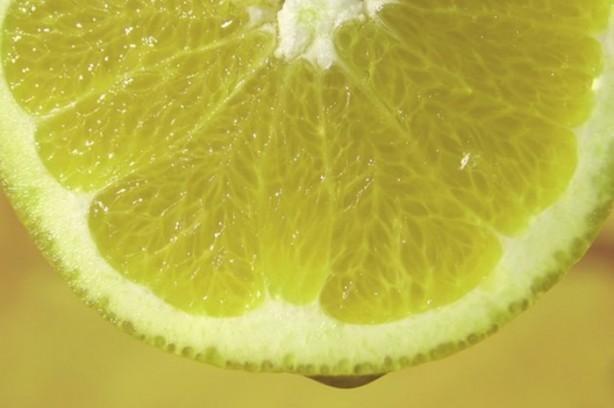 Viral enfeksiyonlarla savaşmaya yardım eder: Ilık limon suyu viral enfeksiyonları ve boğaz ağrısını hafifletmenin en etkili yollardan biridir.