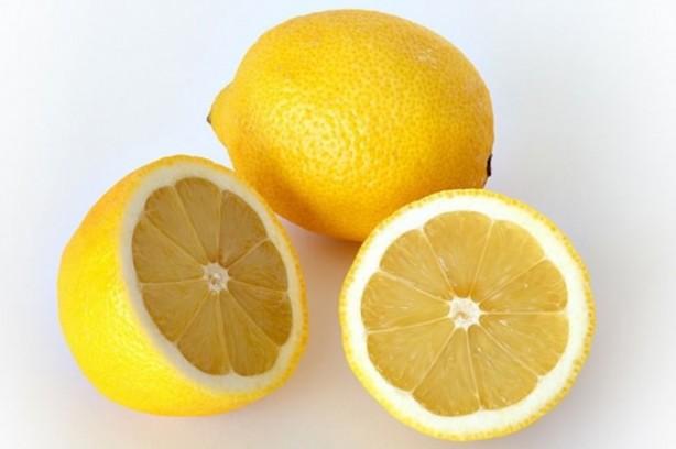 Mükemmel bir potasyum kaynağıdır: Bahsedildiği gibi, potasyum açısından zengin olan limon kalp, beyin ve sinir fonksiyonlarının sağlığı için faydalıdır.