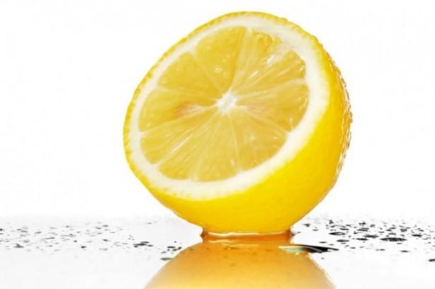 Limon, sindirim sisteminden bağışıklık sistemine destek olmaya, viral enfeksiyonlardan iltihap azaltmaya varıncaya kadar sağlığınız için oldukça önemlidir. Limon aynı zamanda C vitamini, B kompleks vitaminleri, kalsiyum, demir, magnezyum, potasyum ve lifle dolu bir gıda.