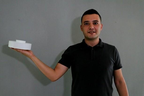 Foto - Adana Adliyesinde memur olarak çalışan lise mezunu Koray Başsarı (32), son dönemde popüler olan robot süpürgelerden esinlenerek uçan süpürge üretmek istedi. Önce yazılımını ardından da tasarımını yapan Başsarı, yuvarlak bir tasarım ile süpürgesini üretti.
