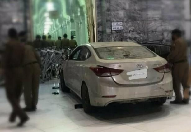 Mekke'de bir kişi aracıyla Mescid-i Haram'ın kapısına daldı