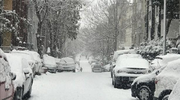 Foto - Soğuk havanın etkisiyle çatılarda buz sarkıtları oluştu. Belediye ekipleri, yollarda ve kaldırımlarda kar temizleme çalışması yürütüyor. Ardahan ve Kars ise gece etkili olan kar yağışının ardından beyaz örtüyle kaplandı. Cadde ve sokakların bembeyaz olduğu Ağrı'da da, Ağrı-Van, Ağrı-Erzurum ve Ağrı-İran kara yolunda sürücüler ilerlemekte güçlük çekti. Karayolları 123. Şube Şefliği ve belediye ekipleri, sorumluluk alanındaki yollarda karla mücadele çalışması başlattı.