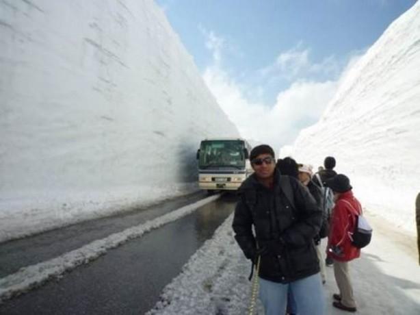 Bazı alanlarda kar kalınlığı 15 metreyi buluyor.