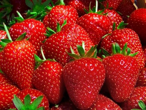 Kokulu sprey sıkılmış çilekler bir iki yıkamada kokusunu kaybediyor ancak spreyin içindeki kanserojen madde ne yaparsanız yapın meyveden arındırılamıyor.