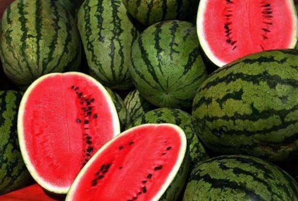 Karpuz; yaz aylarının susuzluğu giderici meyvesi olarak görülen karpuz da ne yazık ki hilelerin yapıldığı meyvelerden biri.