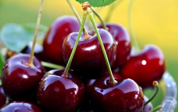 Kiraz da yaz mevsiminin en çok tercih edilen meyvesidir.