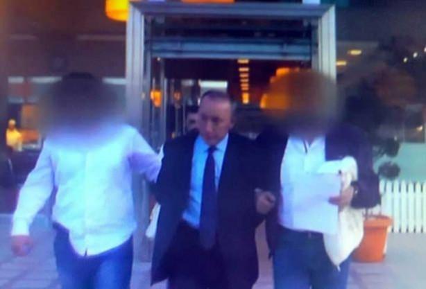 Mili projeyi Amerikalılara satmak için 1 milyon 200 bin liraya anlaşan MKE müdürü, seri numaraları alınmış para çantasını aldıktan sonra polisler tarafından suçüstü yakalandı.