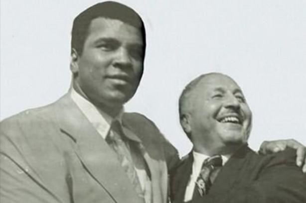 Hayata veda eden Muhammed Ali, başarılı sporculuğunun yanında topluma verdiği mesajlarla da eşsiz bir şahsiyetti.