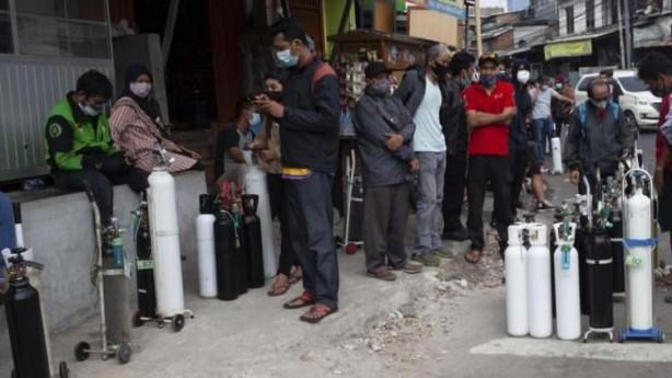 Foto - BBC`nin haberine göre, ülkede salgınla mücadele etmeye çalışan hastaneler sıvı oksijen tedarikinde ciddi sıkıntılarla karşı karşıya kaldı. Sıvı oksijen stokları tükenen bir hastanede 63 Covid-19 hastası yaşamını yitirdi.