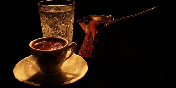 Foto - 7-Metropol şehirlerde artık pek fazla olmasa da Anadolu'da hala misafirlere verilen önem herkes tarafından bilinen bir gerçek. Günümüzde kimileri misafire 'aç mısın' diye sormayı tercih ederken, kimileri de karnı tok olan misafire bile yemek sermeyi yeğliyor. Ancak Osmanlı'da bunun da bir çaresi vardı. Eve gelen misafire kahve-su ikilisi ikram edilirdi. Misafir kahveyi alırsa tok, suyu alırsa aç olduğu anlamına gelir, ev sahibi de hizmetini ona göre yapardı.