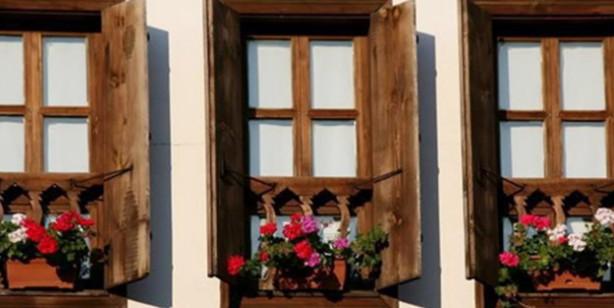 Foto - 10- İşte nezaketin tavan yaptığı bir incelik timsali... Evlerde camların önüne konulan sarı, kırmızı çiçeklerin kendi içinde bir anlamı olduğunu duymuş muydunuz? Hoşgörünün hüküm sürdüğü Osmanlı'da bu inceliğe hayran kalacaksınız. Evlerin camında sarı bir çiçek varsa, bu, o evde bir hasta olduğunu ve dışardan geçen kişilerin seslerini ona göre ayarlaması gerektiğini gösterirdi. Camın önüne konulan kırmızı bir çiçek ise o evde evlilik çağına gelmiş bir genç kız olduğunu, buda yine evin önünden geçenlerin ağzından çıkan kelimelere daha bir dikkat etmesi gerektiğini gösterirdi.
