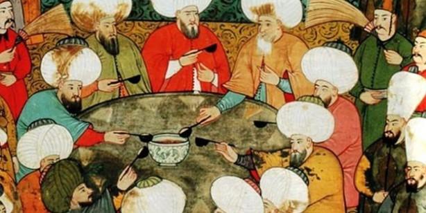 Foto - 9-Osmanlı yemek adabıyla da kendine hayran bıraktırıyor. Evdeki herkesin tepsiyle, kendi odasına çekilerek yemek yediği, büyüklerin beklenmediği, geniş sofraların kurulmadığı günümüzde Osmanlı'dan örnek alacağımız çok şey var. Osmanlı'da evde sofraya herkes birlikte oturur, evin büyüğü yemeğe başlamadan yemeğe başlanılmaz, başlarken besmeleyle başlanır, biterken de hamd edilirdi.