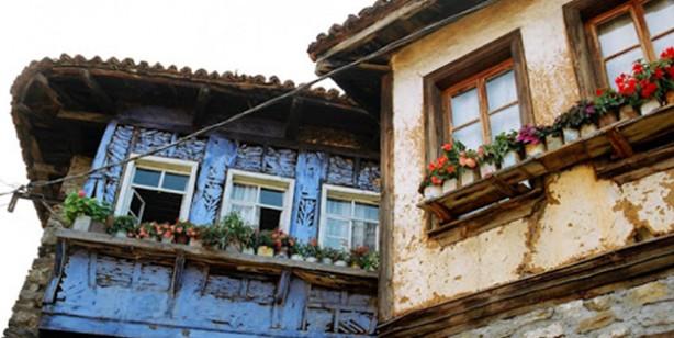 Foto - 2- Ev duvarları demişken evlerin inşasıyla ilgili önemli bir husustan da bahsetmek gerekir. Komşuluk arası ilişkileriyle de günümüz 21. asrını utandıracak bir inceliğe sahipti Osmanlı... Bir sokağa ev yapılırken genellikle kıbleye dönük olmasına dikkat edilirdi. Günümüzde apartman dikme hırsıyla kan dökmeye alışkın olduğumuz haberlerin aksine Osmanlı'da yapılan evlerin, komşunun güneşini kapatmamasına da dikkat edilirdi, komşudan helallik istenirdi.