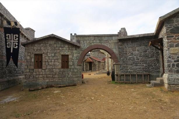 Foto - Saray yalnızca hükümdarın evi olmakla kalmamış aynı zamanda devlet yönetiminde de önemli roller üstlenmiştir. Bu nedenle sarayı devlet teşkilâtı içerisinde, ordu ve hükümetle birlikte devleti oluşturan üç temel unsurdan biri olarak kabul edilmiştir.
