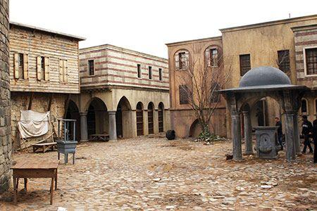 Foto - SARAY TEŞKİLÂTI Saray, Farsçadan gelmekte olup genellikle ev, mesken, konak, menzil anlamında kullanılır. Türkçede de aynı manalarda kullanılmakla beraber daha çok büyük konak, hükümdarın ikametgâhı, köşk manasında kullanılır.