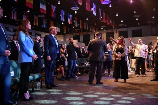 Papazdan el açıp dua eden Trump için şaşırtan sözler: Tanrı bana dedi ki...