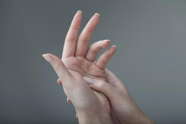 Foto - Trafikte sıkışıp kaldınız mı? Orta parmağınızı sağa sola gösterip hakaret amaçlı kullanacağınıza, avcunuza alıp biraz sıkın belki sizi yatıştırabilir.