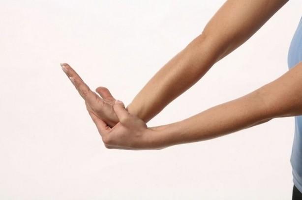 Foto - Orta parmağınızı öncelikle sinirlerinizi yatıştırmak ve ve yorgunluğunuzu bastırmak için sıkabilirsiniz. Aynı zamanda karaciğer sorunlarında tedaviye destek amaçlı kullanılan orta parmak masajı, öfkelendiğiniz anlarda sizi sakinleştirebilir.