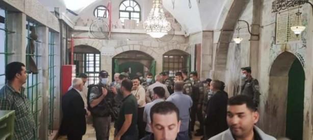 Postallarıyla Harem-i İbrahim Camii'ne girip ibadet edenleri çıkardılar