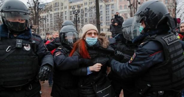 Foto - Rusya, Aleksey Navalny'ye destek protestolarıyla çalkalanıyor. Almanya'dan Rusya'ya dönüşü sırasında havaalanında tutuklanan Rus muhalif lider Navalny'e destek ülkenin doğu kentlerinde başlayan protestolarda Rus polisi göstericilere müdahale etti.