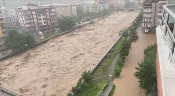 Foto - Yağış Artvin'in Arhavi ilçesinde de etkili oluyor. İlçede bazı dereler taştı, köy yolları heyelan sonucu ulaşıma kapandı.