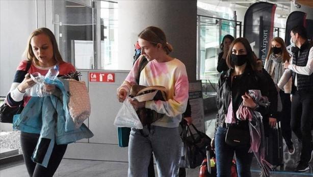 Foto - Sabah gazetesinden Zübeyde Yalçın'ın haberine göre, Delta varyantının en fazla görüldüğü Rusya'dan gelen turistler konusunda kamuoyunun endişe duymaması gerektiği belirtiliyor. Çünkü Rus turistler direkt belli bölgelere iniyor ve tatil boyunca otelden dışarı çıkmıyor, toplumu enfekte etme ihtimali bu yüzden çok düşük görülüyor.