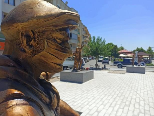 Foto - CHP'li Saruhanlı Belediye Başkanı Zeki Bilgin, aşıyı bahane ederek ilçe meydanına heykel diktirdi.