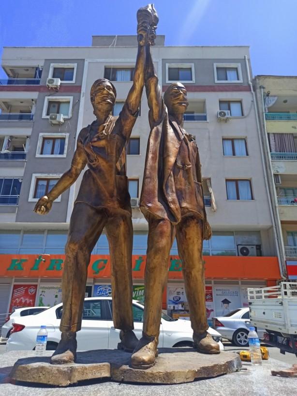 Foto - Sağlıkçı anıtı adı altında yapılan bu heykel daha önce yaptırılmış olan heykellerin yanına konuldu.