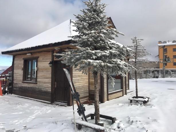 Foto - Kar yağışının ardından 2062 metrelik yüksekliği bulunan Akdağ'ın zirvesi karla kaplandı. Dağdaki Akdağ Kayak Merkezi de beyaz örtüye büründü.