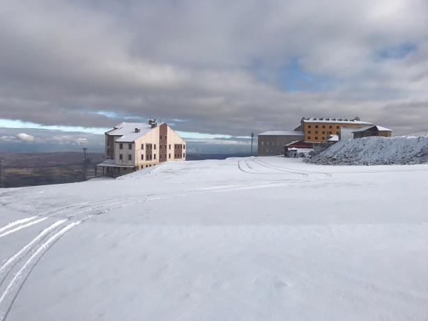 Foto - Kar kalınlığı 5 santimetreye ulaşan kayak merkezinde, 1675 metrelik kayak pisti ve 1300 metrelik telesiyej bulunuyor.