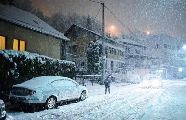 Bosna Hersek'in başkenti Saraybosna'da dün gece başlayan yoğun kar yağışı, hayatı olumsuz etkiledi.