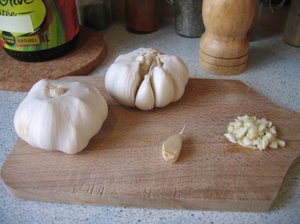 MALZEMELER: 3 diş sarımsak, 10 çorba kaşığı bal, 200 gr. keten tohumu yağı, 4 limon.